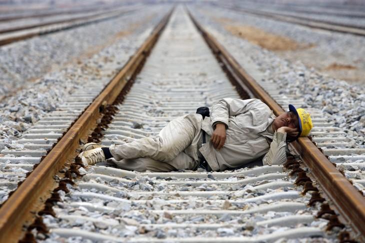hombre durmiendo en vias del tren