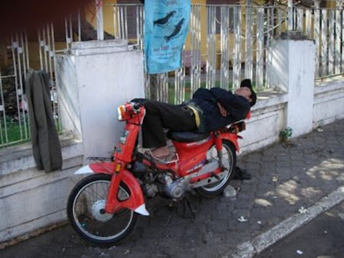 durmiendo en la moto