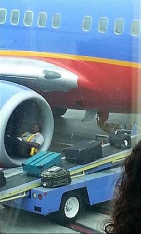 durmiendo en el motor del avion