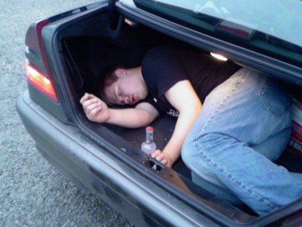 hombre en baúl de auto