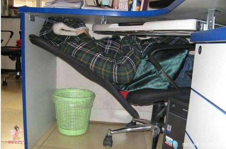 durmiendo en el trabajo abajo de escritorio