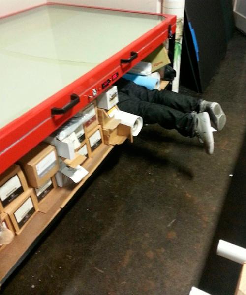 piernas de hombre en supermercado