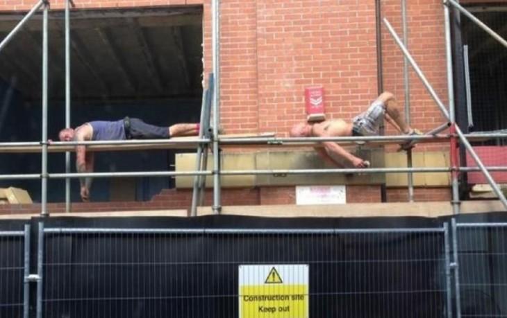 hombres durmiendo en el trabajo