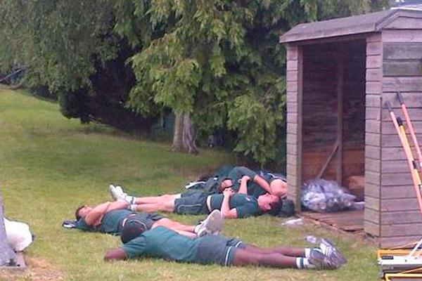 grupo durmiendo en el pasto