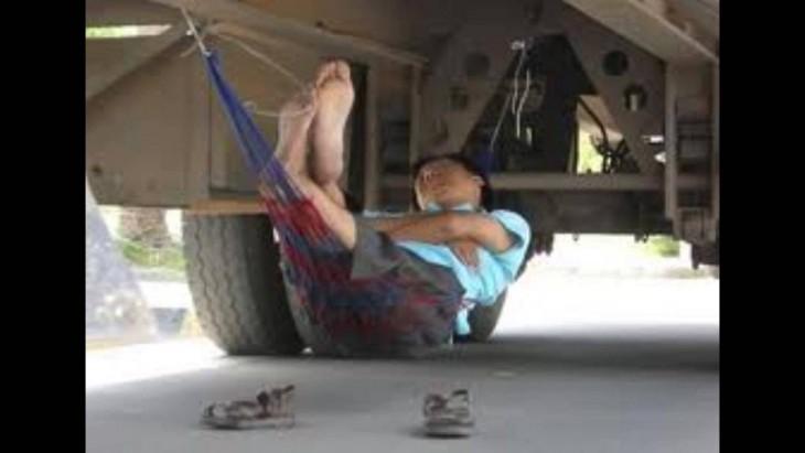 durmiendo abajo del camion