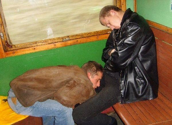 durmiendo en el regazo del otro hombre