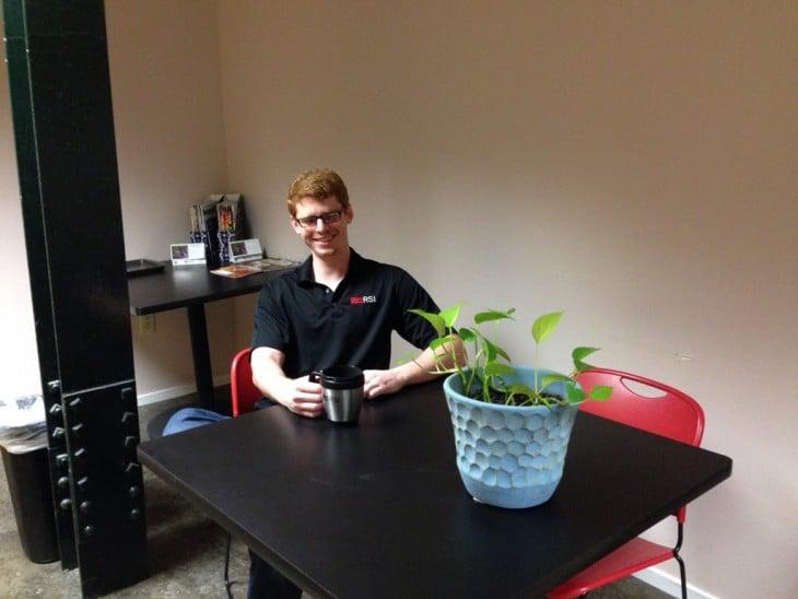 tomando cafe con una planta