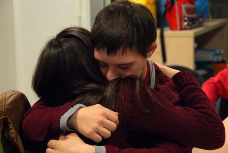 hombre abrazando a una mujer despues de reconciliarse
