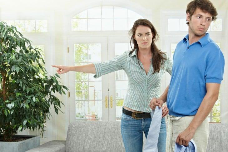 mujer regañando a su marido en la casa