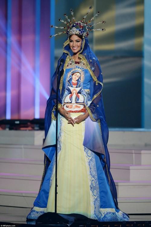 miss con un traje tipico parecido al de la virgen maria