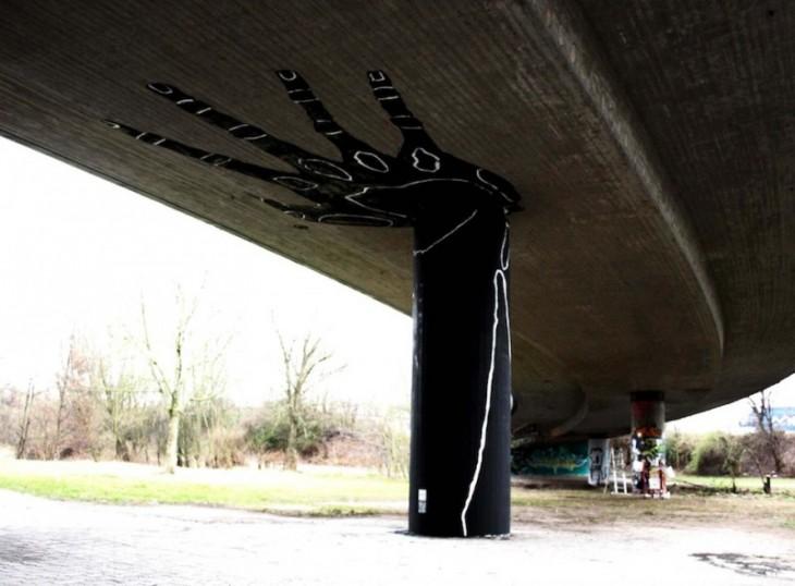 рука, окрашены в опору моста