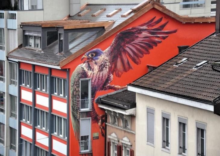 pajaro с крыльями открытых закрепленный на стене дома оранжевый