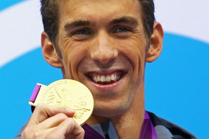 nadador olimpico michael phelps con su medalla de oro