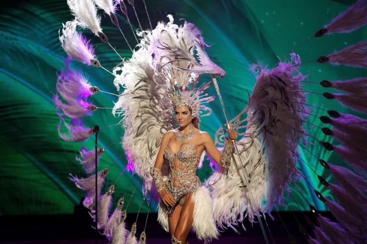 mujer portando un vestido con muchas plumas
