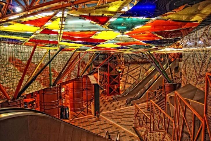 techo en forma de triangulos de colores y largas  escaleras