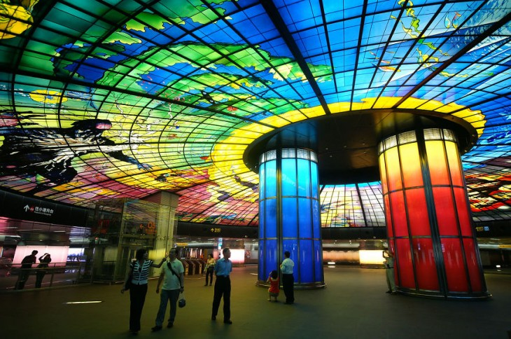 techo de colores mostrando imagenes en mosaico