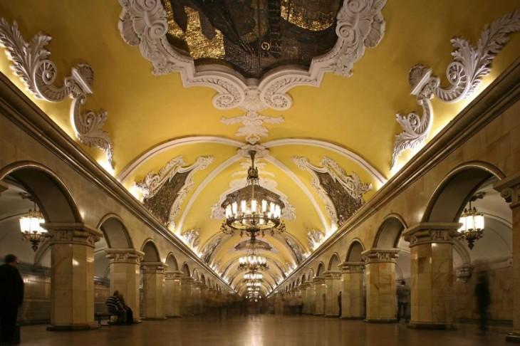 estación del metro con decoracion clasica candelabros y murales
