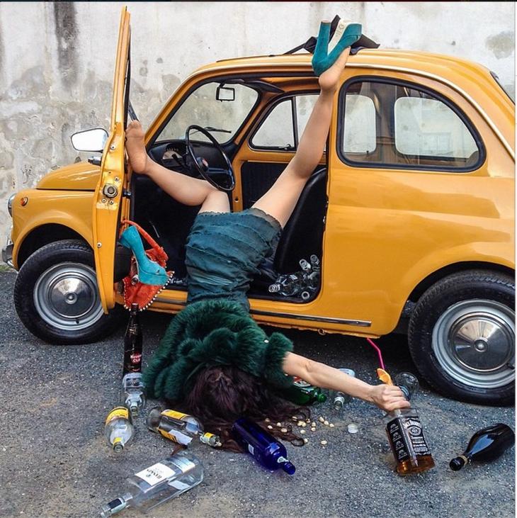 borracha con auto amarillo, cayendo de cara al suelo