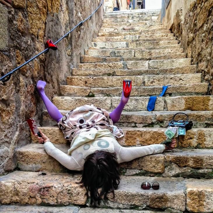 chica en escalera, cayendo de cara al suelo