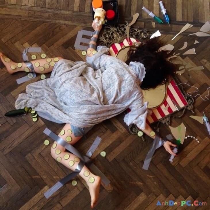chica con espejo, cayendo de cara al suelo