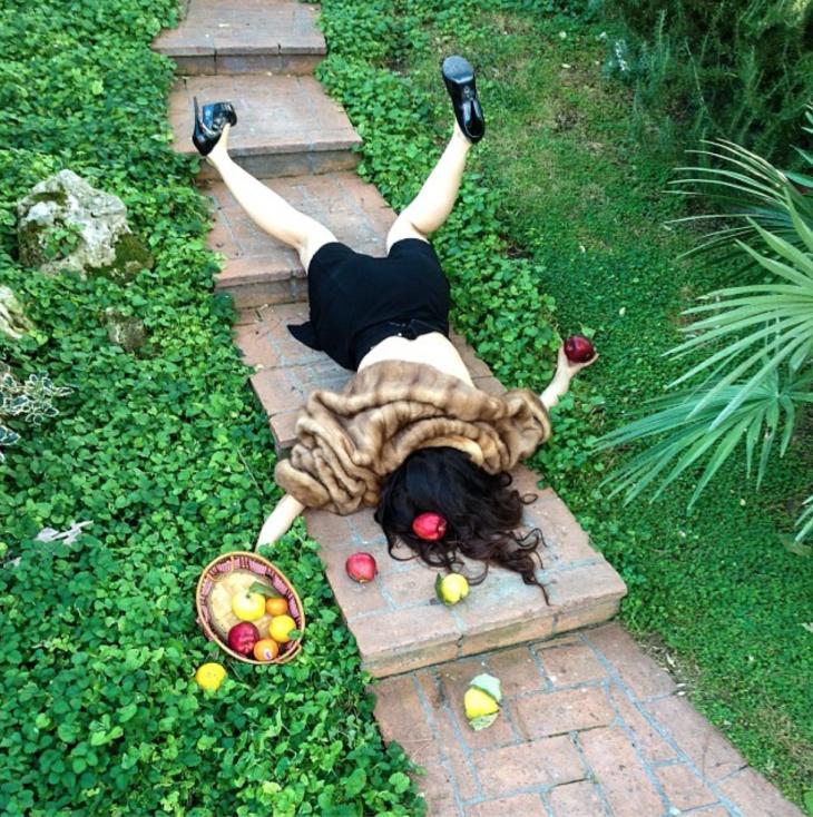 chica con manzanas, cayendo de cara al suelo