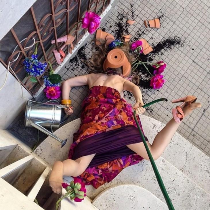 mujer regando plantas, cayendo de cara al suelo