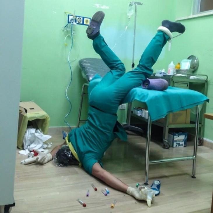 enfermero, cayendo de cara al suelo