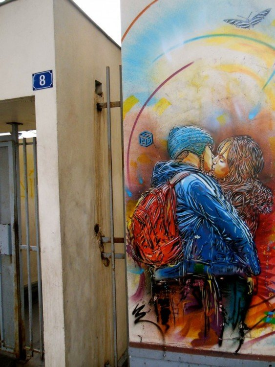 dibujooo двух молодых besandose на улице