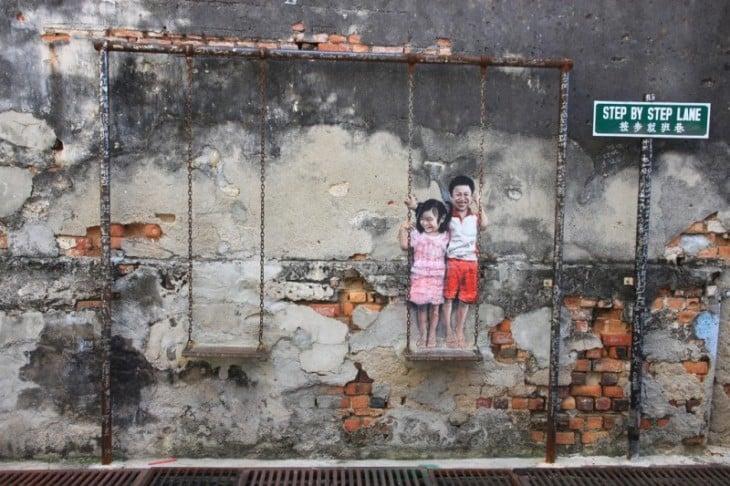 изображения двух детей, которые находятся сверху качели
