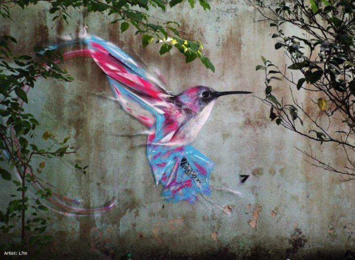 Колибри, окрашены в росписи нюхать цветы