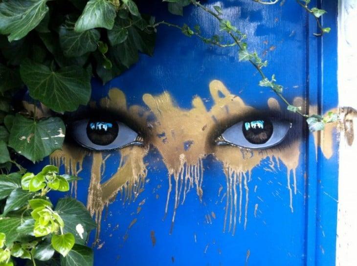 краска два глаза, загадочный взгляд