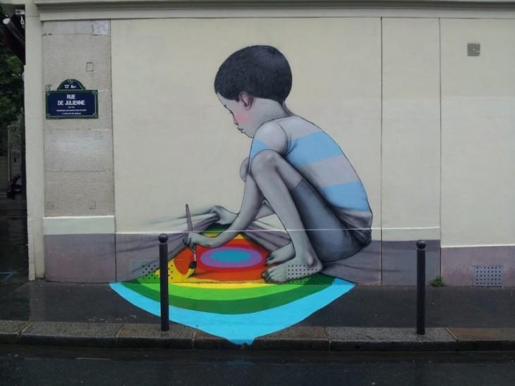 ребенок, который поднимает стену и сталкивается с немой цветов