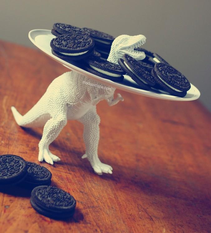 galletas ordeo sobre una bandeja sostenida por un dinosaurio