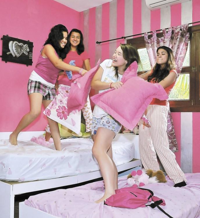 amigas jugando en una pijamada con almohadas
