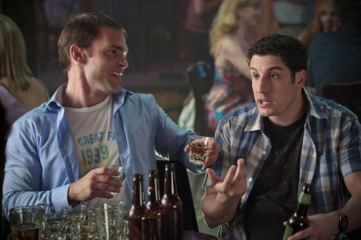 dos amigos en un bar tomando cerveza
