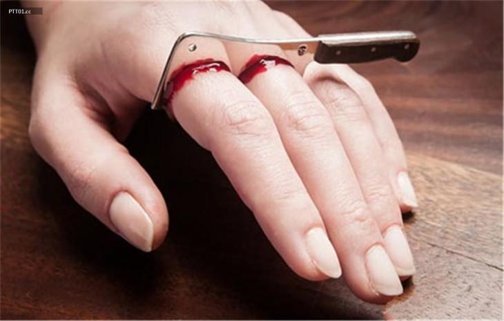 anillo con la forma de un cuchillo cortando dedos