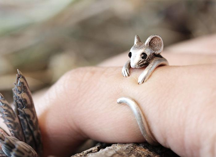 anillo abrazando un dedo en forma de raton