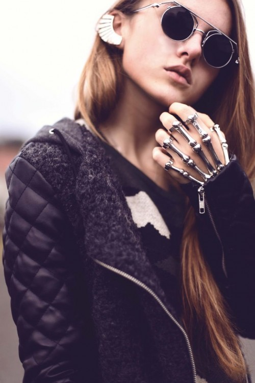 anillo en forma de esqueleto de unamano
