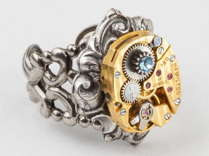 anillo en forma de maquina del tiempo
