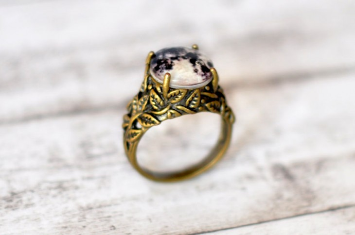 anillo de oro que simula la luna llena