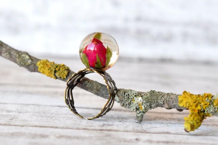 anillo con una rosa encapsulada y el contorno en forma de rosal