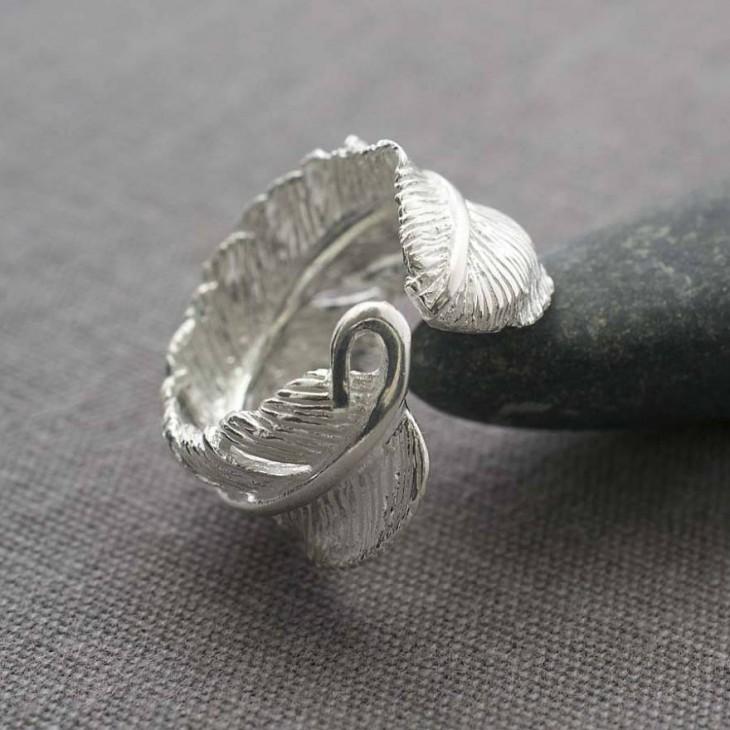 anillo de plata en forma de una pluma