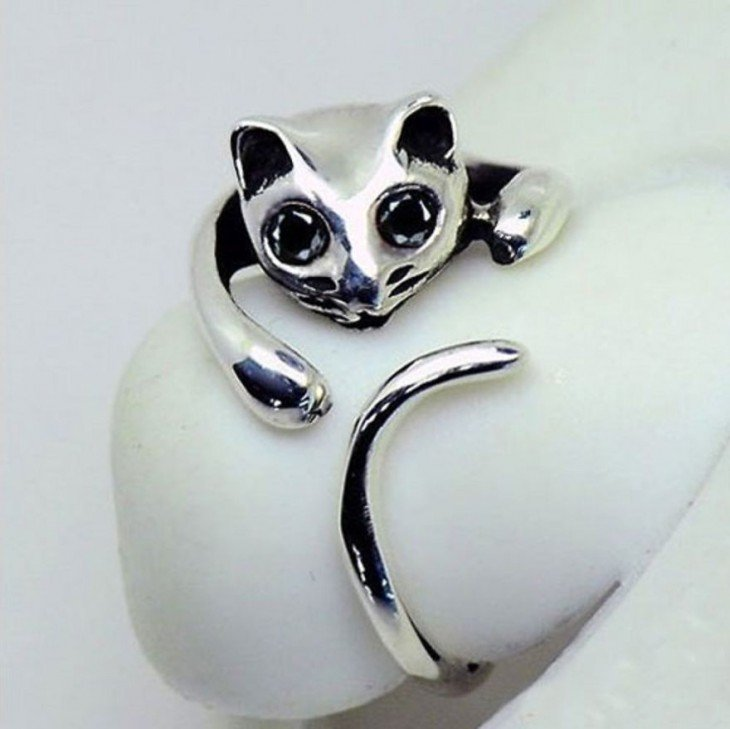 anillo de plata con la figura de un gato