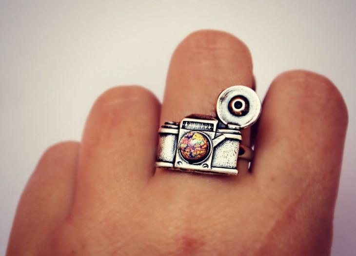 anillo en forma de camara fotografica