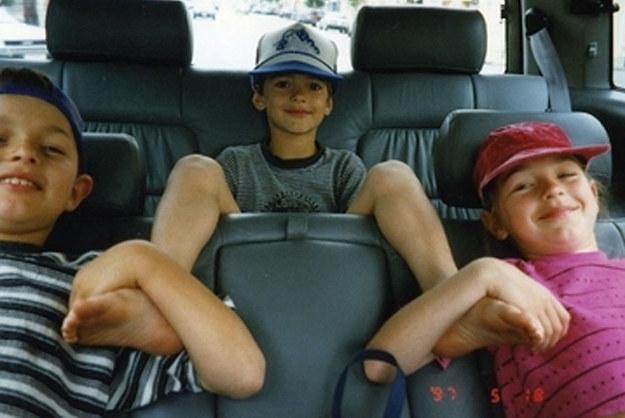 hermanos en el auto