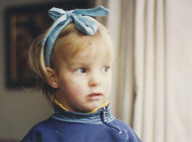 nene con cinta en la cabeza