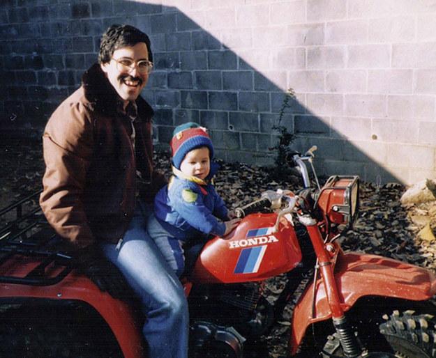padre e hijo en moto