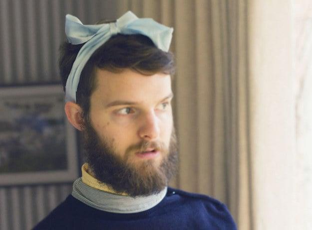hombre barbudo con cinta en la cabeza
