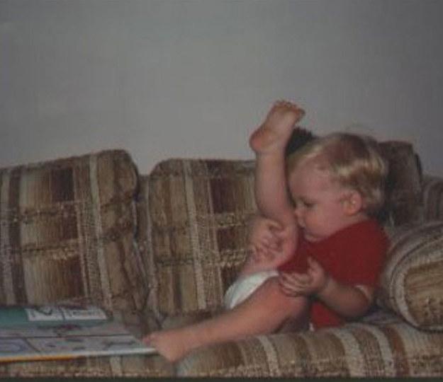bebe en el sofa