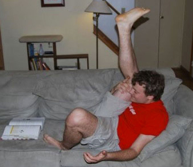 hombre en el sofa
